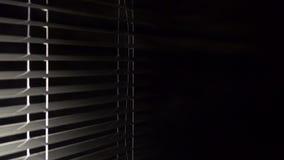 Auf der Seite erscheint der offene Jalousie und das Licht im Raum Schwarzer Hintergrund stock video