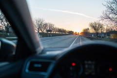 Auf der Stra?e mit der sch?nen Ansicht des Sonnenuntergangs umgebend durch B?ume lizenzfreies stockfoto