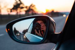 Auf der Stra?e mit der sch?nen Ansicht des Sonnenuntergangs umgebend durch B?ume lizenzfreies stockbild