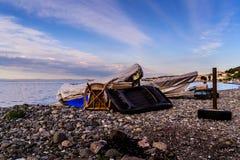 Auf die Bank gesetzter Fischer Rowboats stockbild