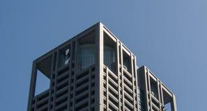 Auf die Oberseite eines Gebäudes mit Himmel stockbild