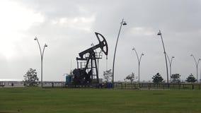 auf die Stadt ` s Ufergegend Öl-schaukeln, bewölkter Januar-Morgen baku azerbaijan stock video footage
