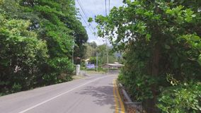 Auf die Straße von Mahe Island gehen, Seychellen stock video footage