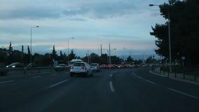 Auf die Straßen in Athen in der Abendzeit, Ansicht durch die vordere Windschutzscheibe fahren stock footage