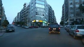 Auf die Straßen in Athen fahren, Dämmerung, die Straße zum Hafen, Ansicht durch die vordere Windschutzscheibe stock footage