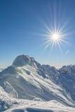 Auf eine schneebedeckte Bergspitze Stockbild