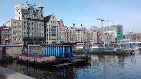 Auf einem Amsterdam-Kanal stockbilder