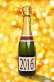 2016 auf einem Aufkleber einer Flasche von Champagne, glänzender Hintergrund Stockbild