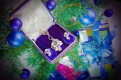 Auf einem Baum des neuen Jahres ein Geschenk - Schmucksachen Stockbilder
