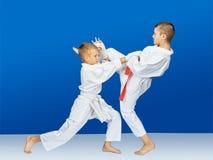 Auf einem blauen Hintergrund schlugen Athleten Karateschläge stockbild