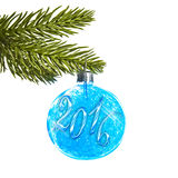 2016 auf einem blauen Weihnachtsball, der von einer Niederlassung hängt Lizenzfreies Stockbild