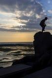 Auf einem Felsen zwischen Meer und Himmel Lizenzfreie Stockfotos
