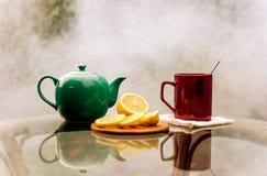 Auf einem Glastisch ein Schale mit Zitrone Stockfotos