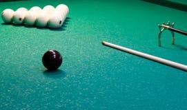 Auf einem grünen Hintergrund eines Billardtischs, werden weiße Bälle mit einem Dreieck mit einem Stichwort für das Spielen gezeic stockbilder
