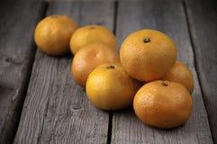 Auf einem hölzernen Hintergrund ein Bündel frische Mandarinen lizenzfreie stockfotografie