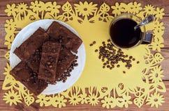 Auf einem Holztisch auf gelber Platte des Schokoladentrüffelkuchens Lizenzfreie Stockfotos