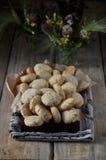 Auf einem Holztisch kleine runde Kekse mit Samen des indischen Sesams stockfoto