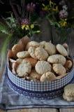 Auf einem Holztisch kleine runde Kekse mit Samen des indischen Sesams stockfotografie