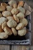 Auf einem Holztisch kleine runde Kekse mit Samen des indischen Sesams stockbild