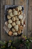 Auf einem Holztisch kleine runde Kekse mit Samen des indischen Sesams stockbilder