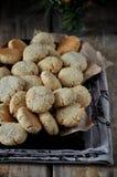 Auf einem Holztisch kleine runde Kekse mit Samen des indischen Sesams lizenzfreie stockbilder
