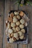 Auf einem Holztisch kleine runde Kekse mit Samen des indischen Sesams lizenzfreie stockfotografie