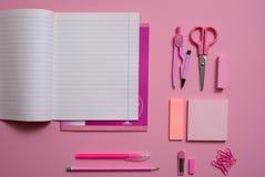 Auf einem rosa Hintergrund konkurrieren Schulzubehör und ein Stift, farbige Bleistifte, ein Zirkel, ein Zirkel, Kopienraum, Spitz Lizenzfreie Stockfotografie