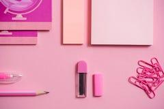 Auf einem rosa Hintergrund, Schulzubehör und einem Stift farbige Bleistifte, ein Zirkel, ein Zirkel, ein Paar von Stockfotos