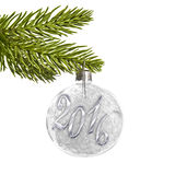 2016 auf einem silbernen Weihnachtsball, der von einer Niederlassung lokalisiert auf Weiß hängt Lizenzfreies Stockbild