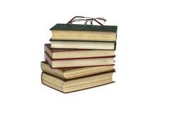 Auf einem Stapel der mit festem Einband der Lügenlesebrille Bücher Lizenzfreie Stockfotos