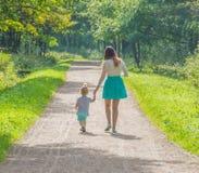 Auf einem Weg in der Parkmutter und -kind Lizenzfreie Stockfotos