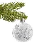 2015 auf einem weißen silbernen Weihnachtsball, der an einem Baum hängt Lizenzfreies Stockbild