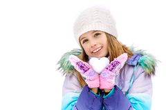 Auf einem Winter ` s Tagesmädchen, das in den Händen hält, weiten Sie in Form eines Herzens aus Mädchen, das auf einer weißen Sch Stockfoto