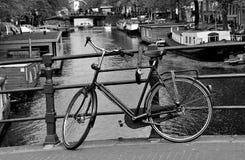 Auf einer Brücke von Amsterdam Lizenzfreie Stockbilder