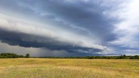 Auf einer Ebene entwickelt sich ein Sturm Stockfotos