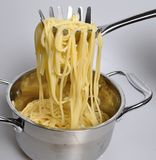 Auf einer schönen Gabel gebratene gekochte Spaghettis stockfoto