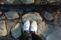 Auf Füßen durch mich auf dem Felsen Stockbilder