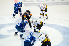 Auf Face-Off auf Hockeyspiel lizenzfreies stockbild