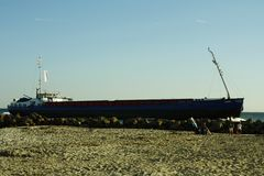 Auf Fehmarn di Ein Frachtschiff Immagini Stock