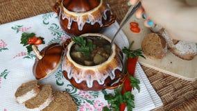 Auf Feiertagstabellentopf mit fleischloser Suppe Tauchen Sie Löffel ein und schaufeln Sie oben volle Löffelsuppe stock video footage