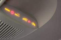Auf Flugzeug rauchen und Sicherheitsgurtzeichen Lizenzfreie Stockbilder
