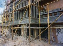 Auf Fortschrittsgestalt ein Gebäude mit Baugerüst Foto eingelassenes Jakarta Indonesien Stockfotos