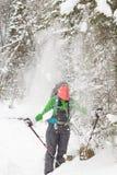 Auf Frau gießt viel Schnee vom Baum Lizenzfreie Stockfotos