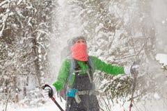 Auf Frau gießt viel Schnee vom Baum Stockbild
