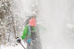Auf Frau gießt viel Schnee vom Baum Lizenzfreie Stockfotografie