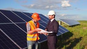 Auf Gesamtlänge wünscht der Kunde, der Vorarbeiter seinem sagt, das Betrachten des Baus der Sonnenkollektoren stock video