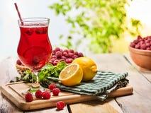 Auf hölzernem ist eiskaltes Getränkeglas mit Beerencocktail Lizenzfreies Stockfoto