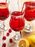 Auf hölzernem ist eiskaltes Getränkeglas mit Beerencocktail Lizenzfreies Stockbild
