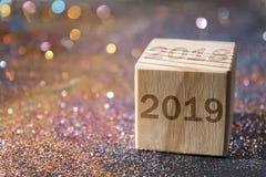 2019 auf hölzernem Würfel stockfoto