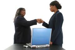 Auf Lager Sie Fotographie: Zwei schöne Afroamerikaner-Geschäftsfrauen Lizenzfreies Stockbild